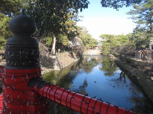 神橋と堀.jpg